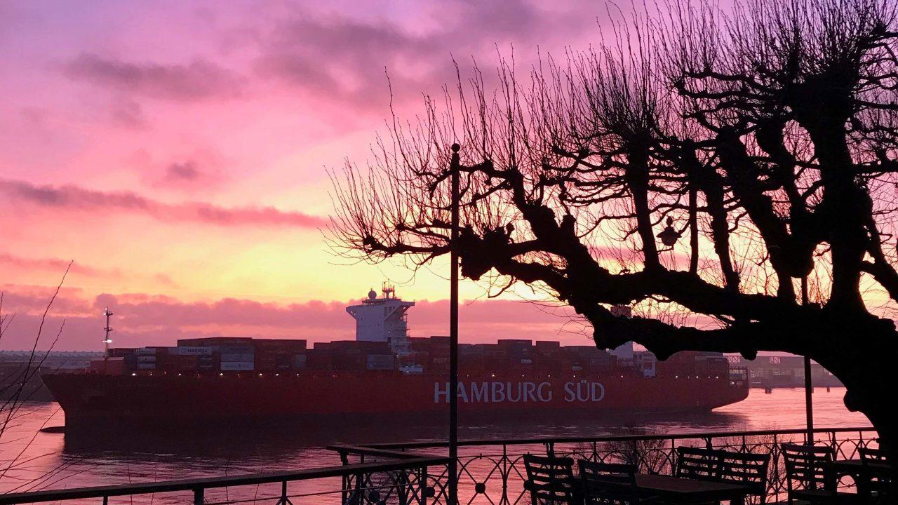 Hamburger Hafenpanorama, ein wahres Farbenmeer - bei gutem Wetter.