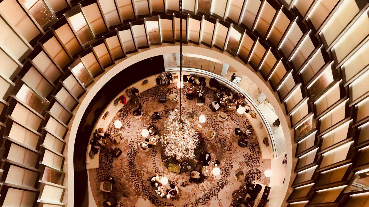 Schwindelfrei solltest du sein beim Blick von der The Fontenay Bar hinunter zur Lobby.
