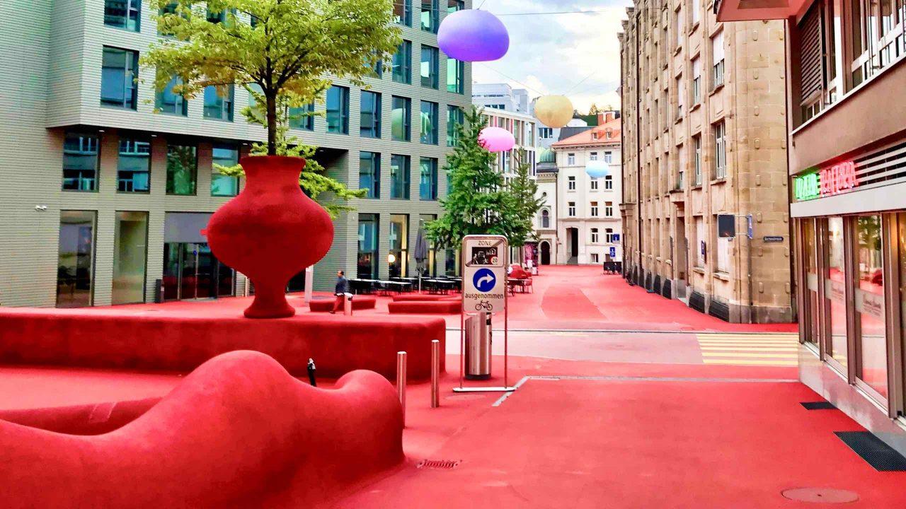 Öffentliches Wohnzimmer: Roter Platz, eine Kunst-Installation zum Verweilen.