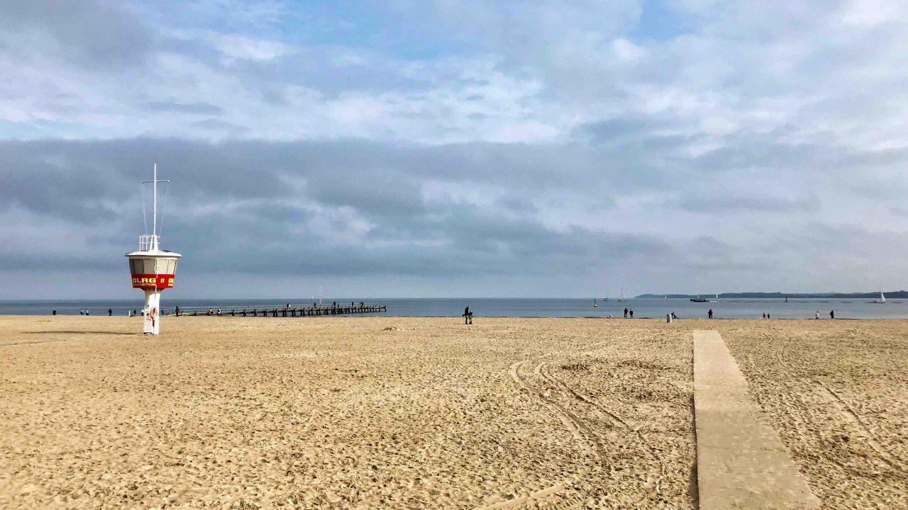 Panorama-Idyll im Herbst: Menschenlose Weite am Strand in Lübeck-Travemünde.