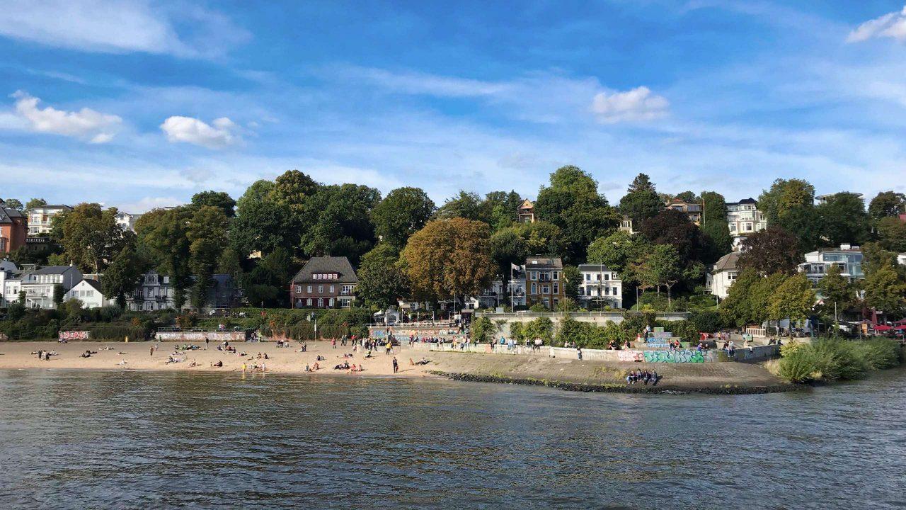 Malerisch: Der bei Hamburgern sehr beliebte Stadtstrand liegt in Sichtweite des Museumshafens.