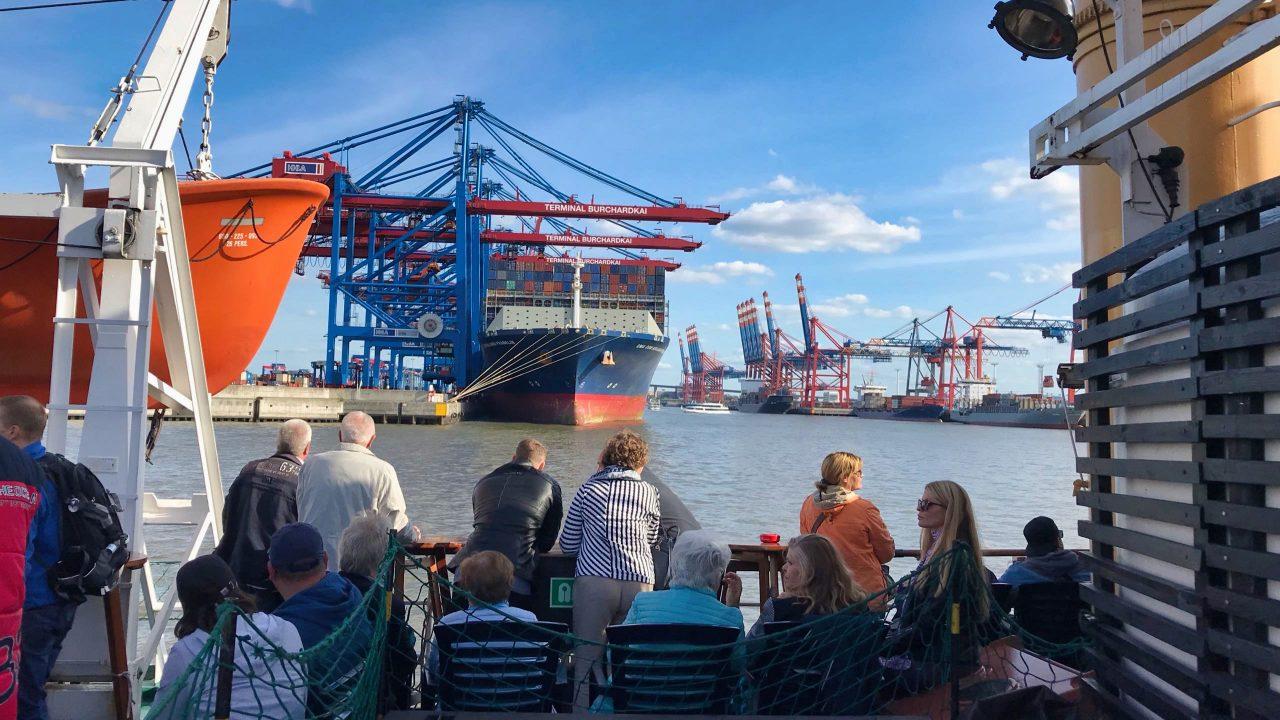 Und oben an Deck genießen die Gäste das Hamburger Hafenpanorama.