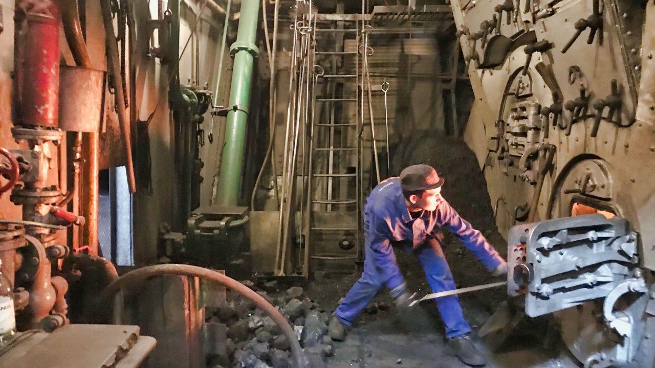 Die Kessel stehen unter Dampf, der Schornstein raucht, der Kohlebunker ist randvoll.