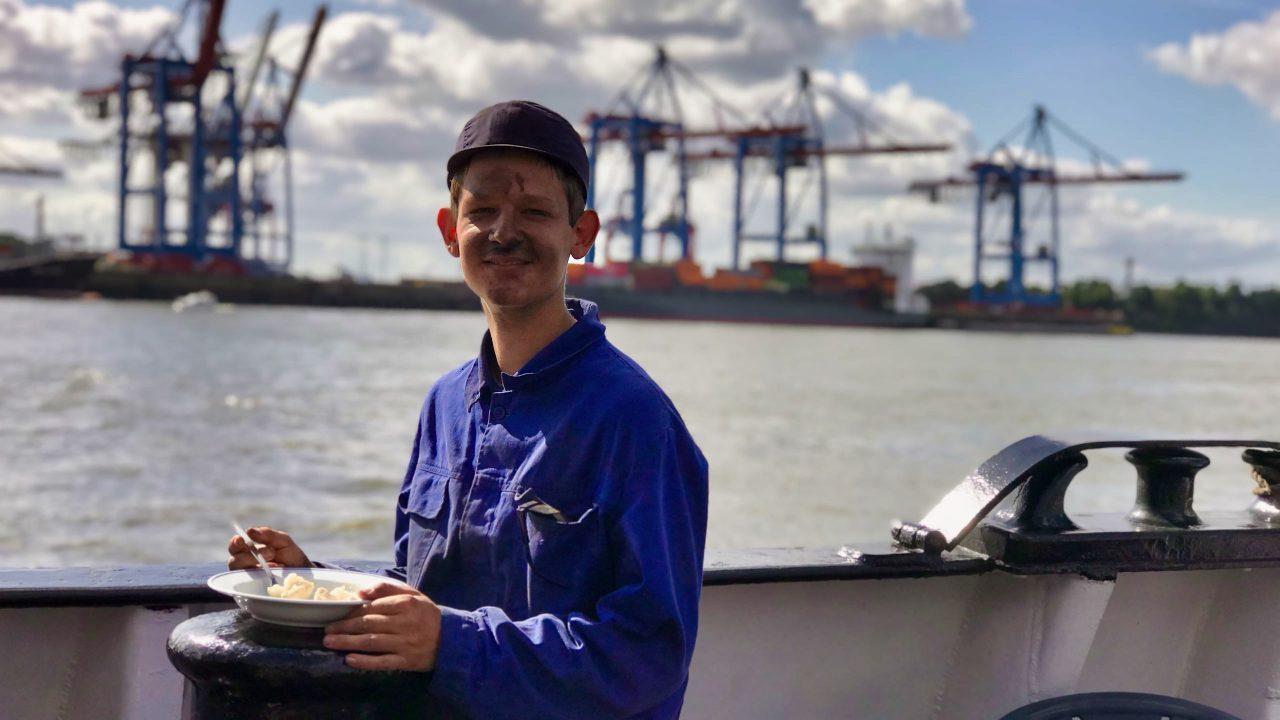 Vor der harten Arbeit im heißen und mit Kohlenstaub gefüllten Kesselraum genießt der Schiffsheizer sein Mittagessen.
