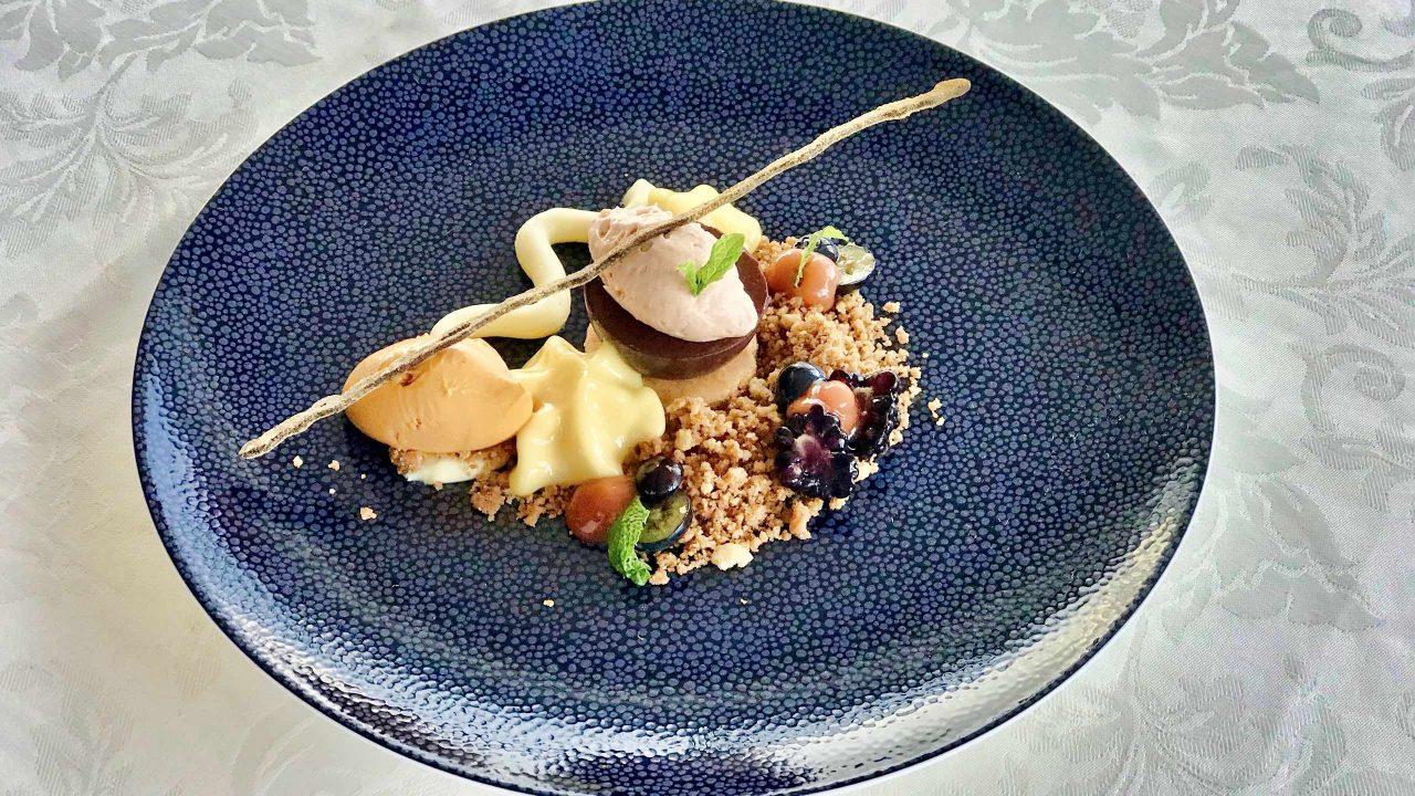 Hagebutte: Passionsfrucht, Schokolade. Restaurant Sterneck Cuxhaven.