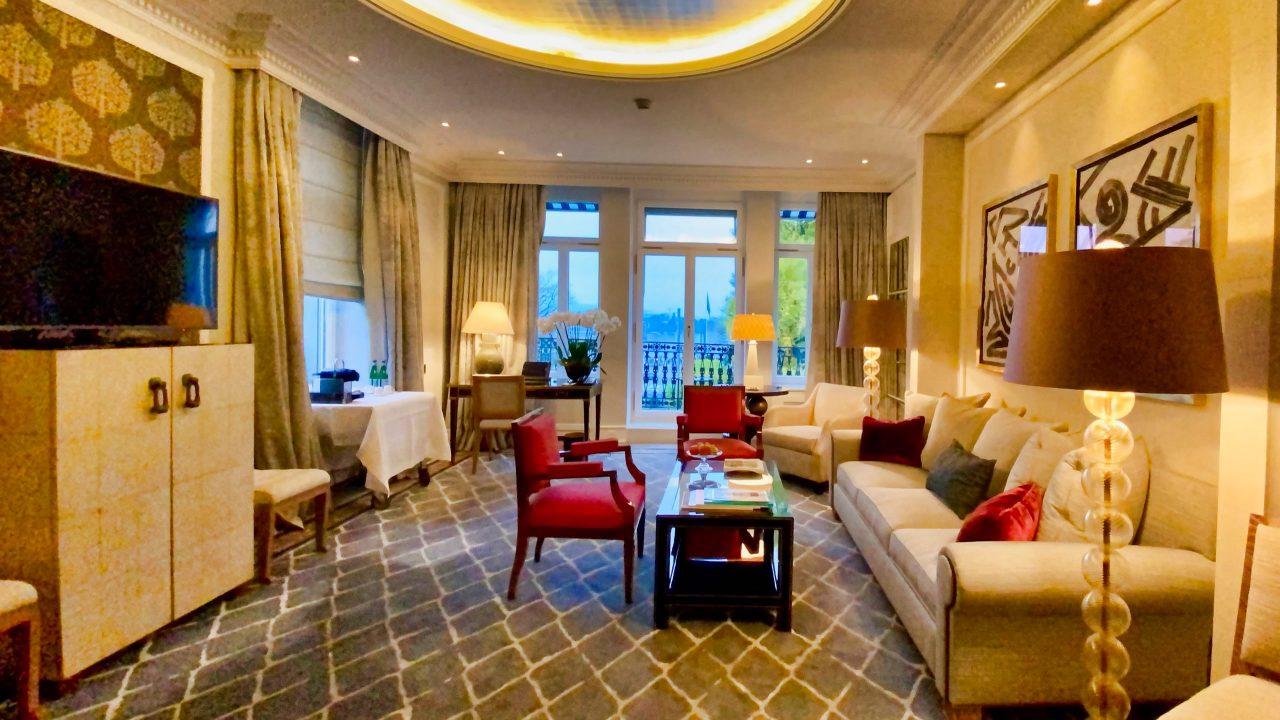 Suite mit Ausblick: Stilvolle und elegante Suiten bieten ein Höchstmass an Komfort und Luxus.