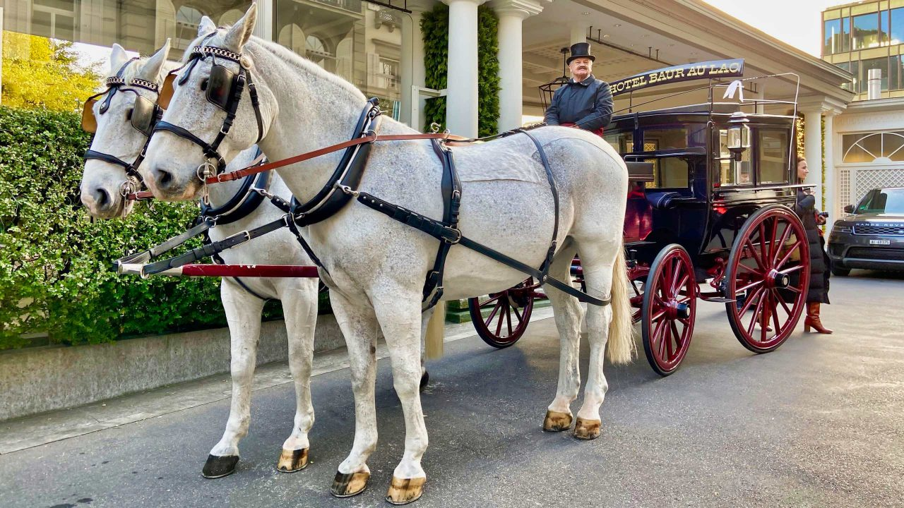 """Zeitreise: Im Jubiläumsjahr können die Hotelgäste die Stadt Zürich in der original """"Baur au Lac"""" Kutsche erleben."""
