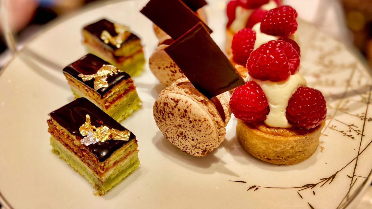"""In der prachtvollen """"Le Hall"""" wird Traditional Afternoon Tea zelebriert - inklusive Sandwiches und Scones."""