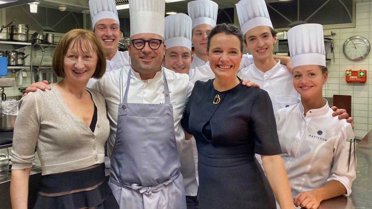 Strahlende Gesichter nach einem fantastischen Dinner. Spontaner Besuch in der mit zwei Michelin-Sternen ausgezeichneten Küche von Chefkoch Laurent Eperon.