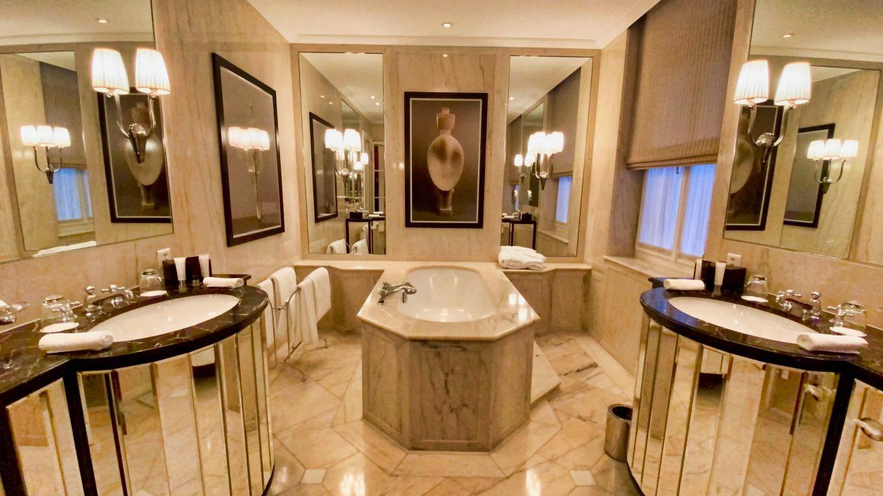 Massanfertigung und hochwertige Ausstattung genießen die Gäste im geräumigen Badezimmer.