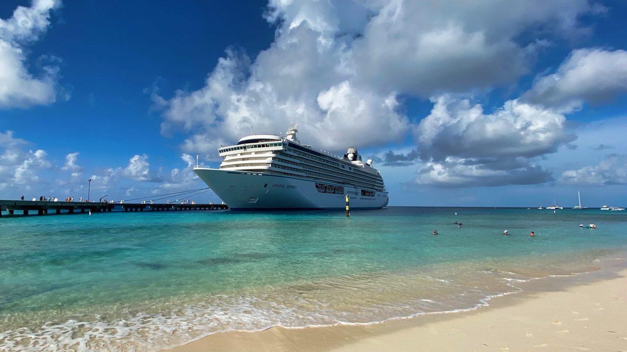 Crystal Serenity Karibik Kreuzfahrt das Schiff am Strand
