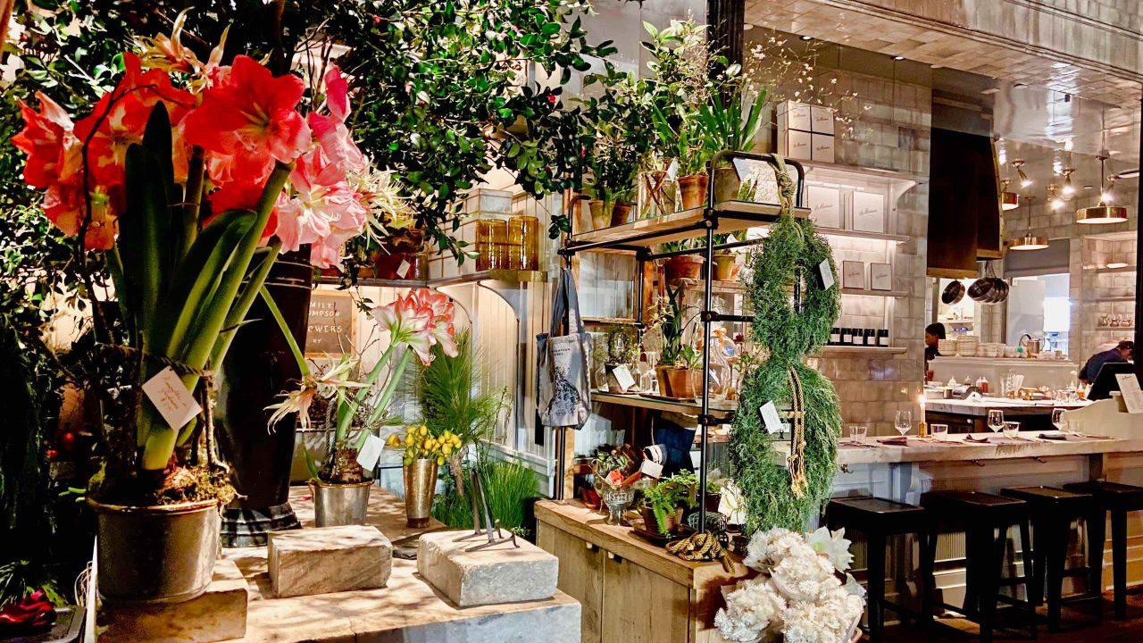 Ein im Café integriertes Blumengeschäft macht das La Mercerie in SoHo besonders dekorativ.