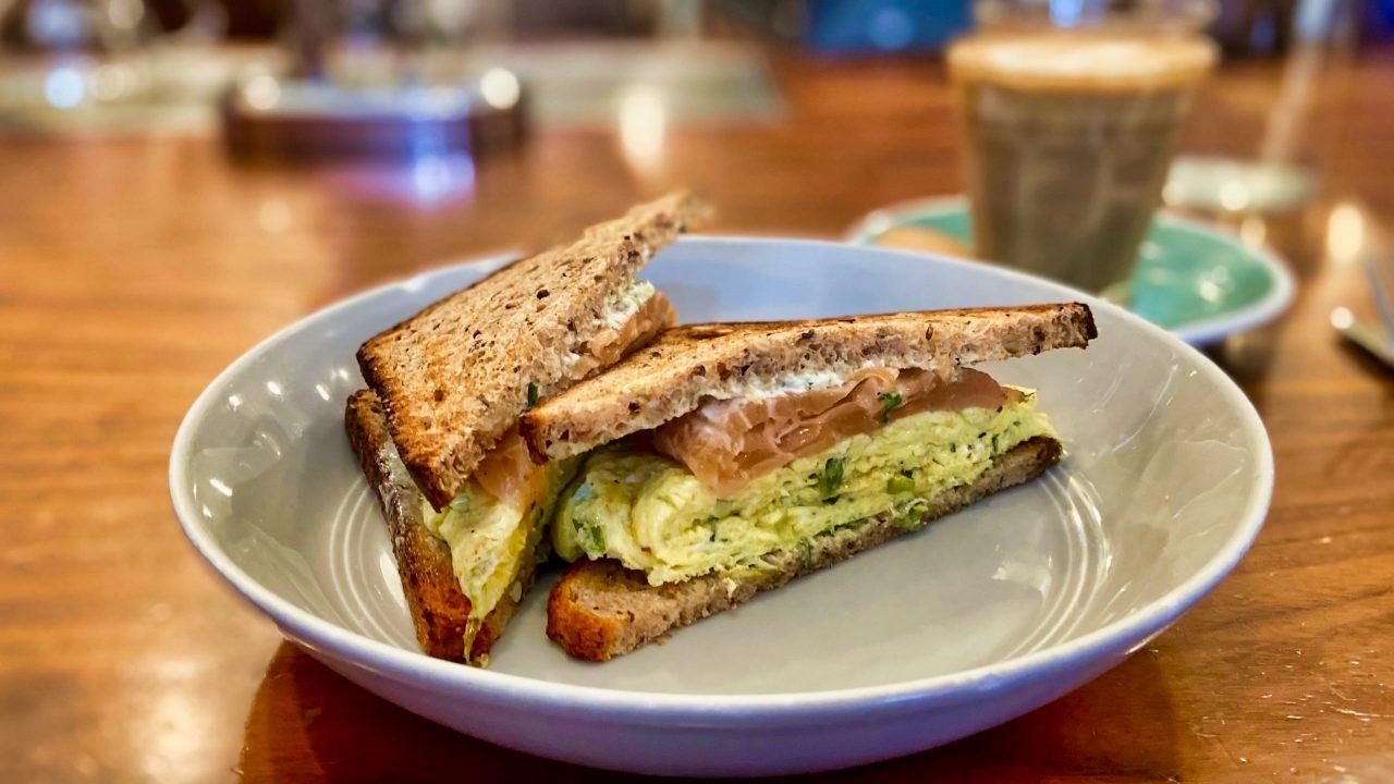 Das Little Collins Café ist für seine Toast-Spezialitäten berühmt.
