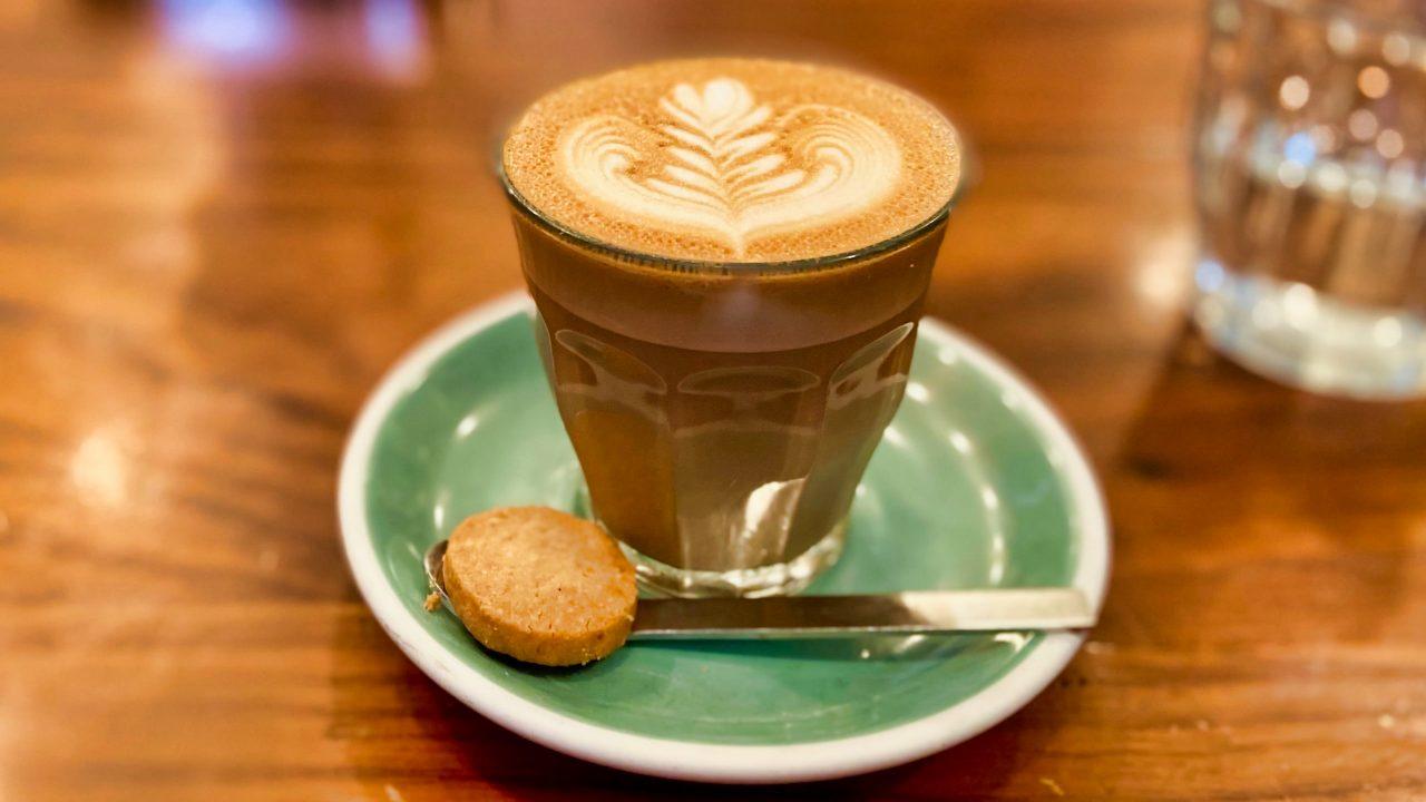 Latte-Spezialität kommt im Little Collins Café aus der ModBar.