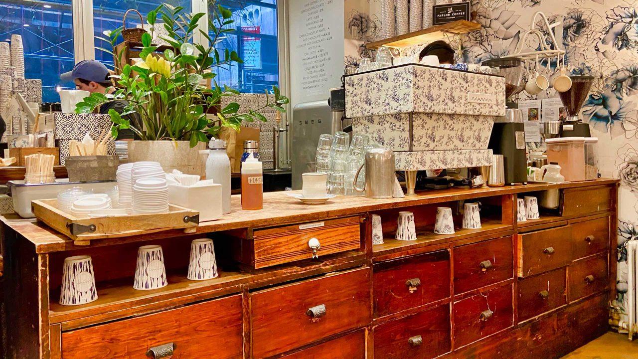 Für New York Verhältnisse ist das Café Maman herrlich gemütlich mit vielen Sitzgelegenheiten.