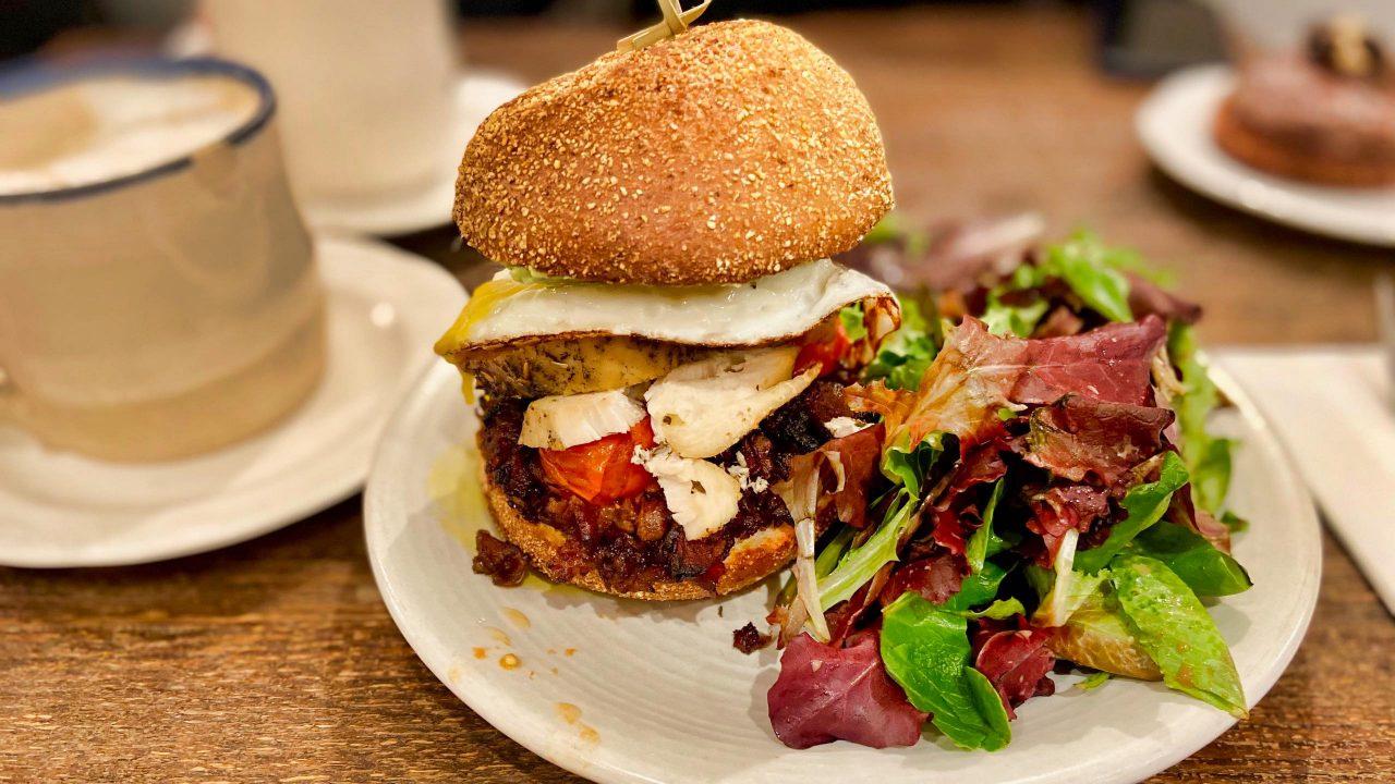 Bei diesem üppigen Frühstück kannst du das Mittagessen ausfallen lassen: Café Maman NoMade