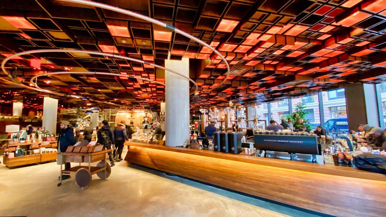 Beeindruckende Erlebniswelt im neuen Starbucks-Luxus-Café.