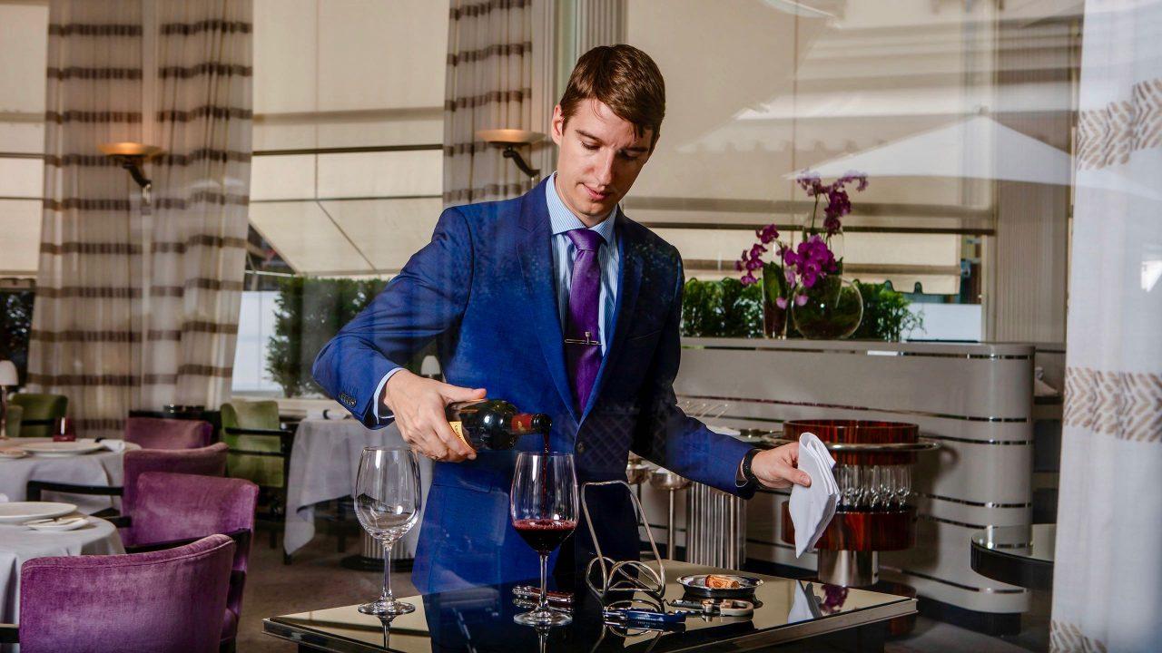 """Marc Almert, der """"Weltmeister des Weins"""" ist für das gesamte Weinsortiment des Hauses """"Baur au Lac"""" zuständig. Foto © Baur au Lac"""