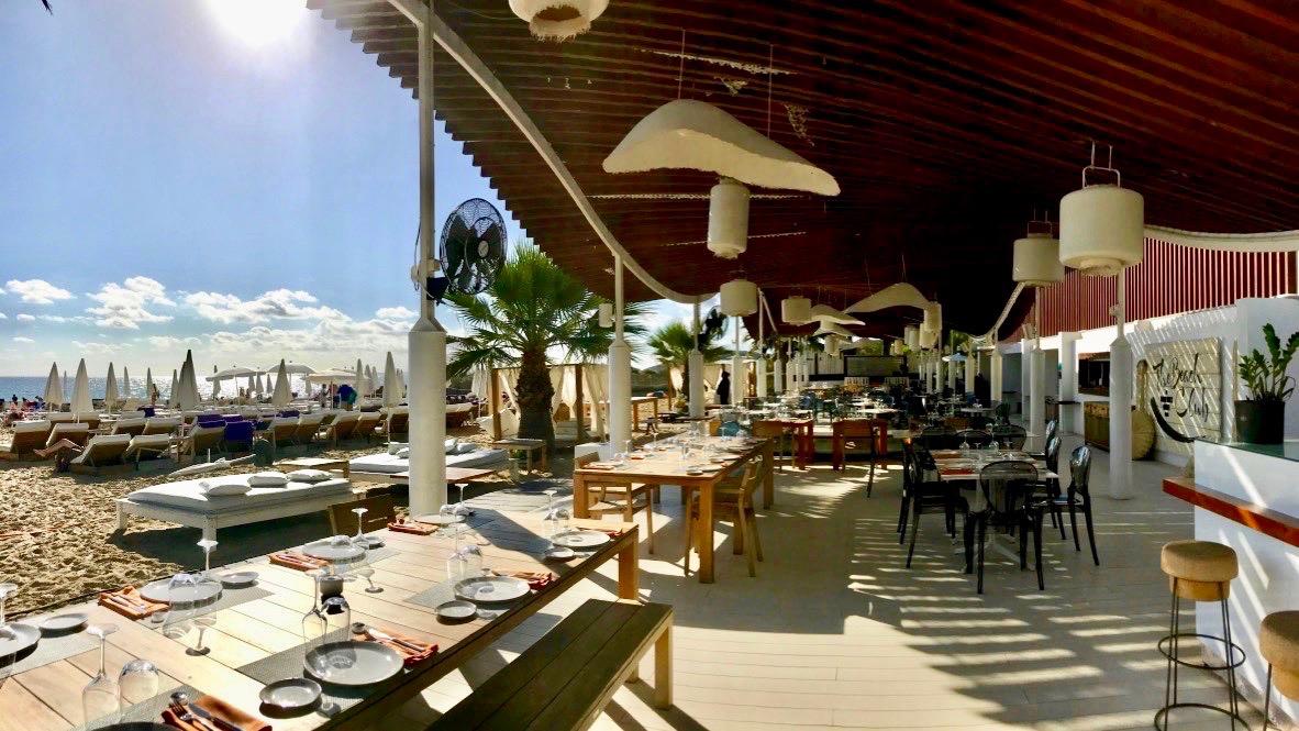 Der beste Platz um den Überblick zu behalten: Beach Club im Hard Rock Hotel Ibiza.