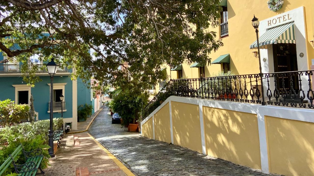 Im idyllischen Park vor der Kathedrale von San Juan steht das hochpreisige Hotel El Convento.