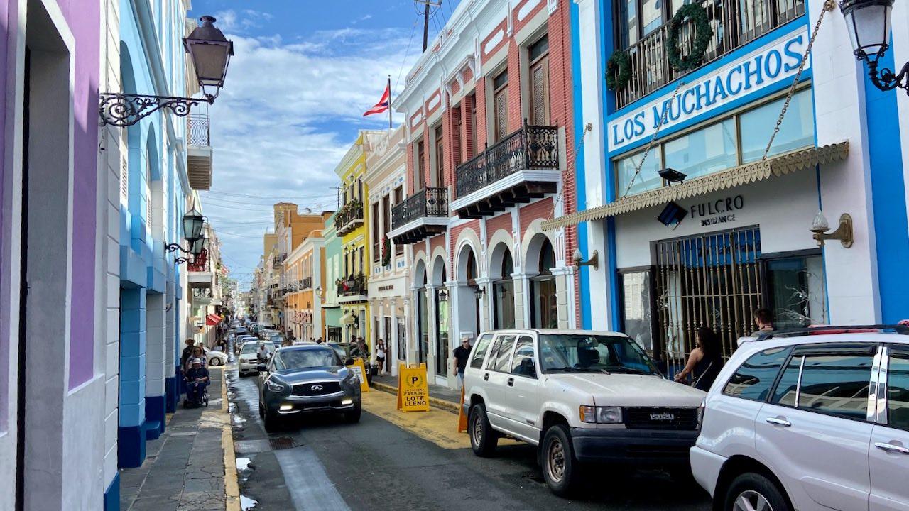 Jede Straße mit schmalen Häuserzeilen erzählt ihre Geschichte - in Pastellfarben.