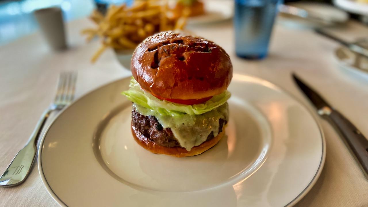 TAK Room: Initialen des berühmten Küchenchefs schmücken auch den American Wagyu Cheeseburger.