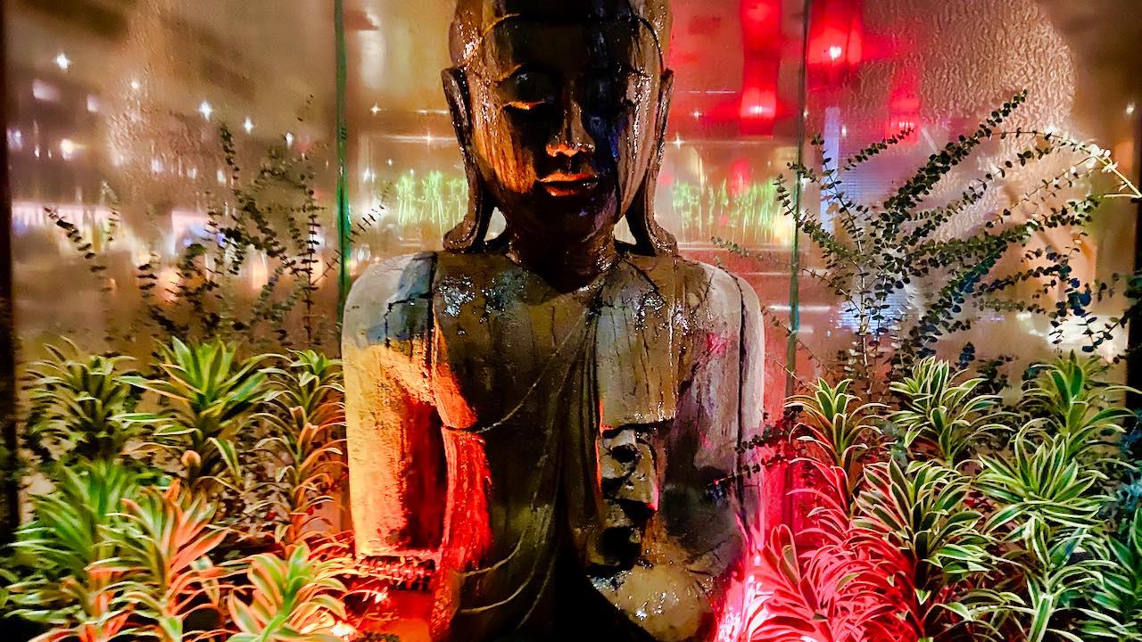 TAO: Eine kleine handgeschnitzte Version der sechs Meter hohen Buddha-Statue begrüßt die Gäste am Eingang.
