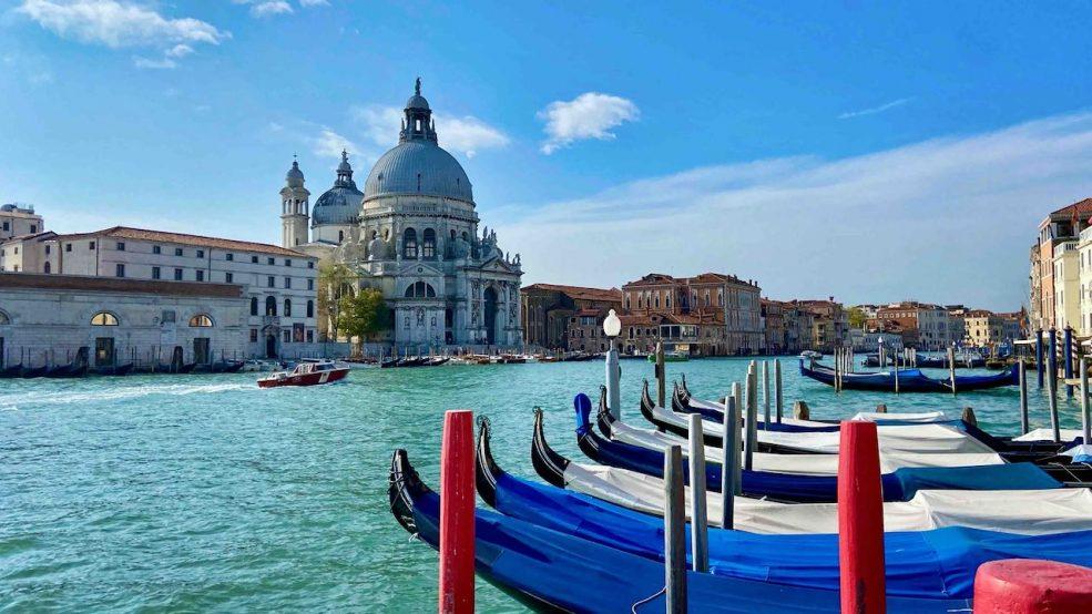 Canal Grande: romantisch schaukeln die Gondeln im Lagunenbecken vor dem Bauer Palazzo