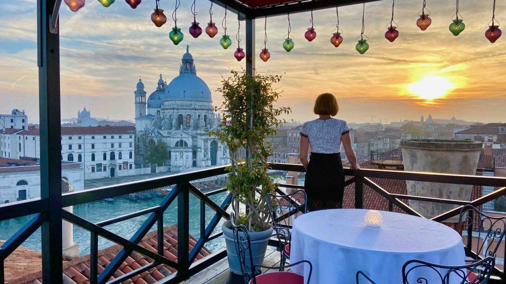 Hotel Bauer Palazzo Venedig: Luxus Reisebloggerin Svemirka Seyfert im Sonnenuntergang auf der Dachterrasse
