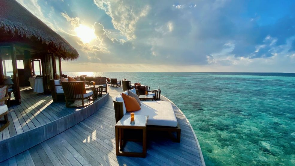 Hochgefühl: beim Sunset-Cocktail über der atemberaubenden Lagune im Sonnenuntergang abtauchen
