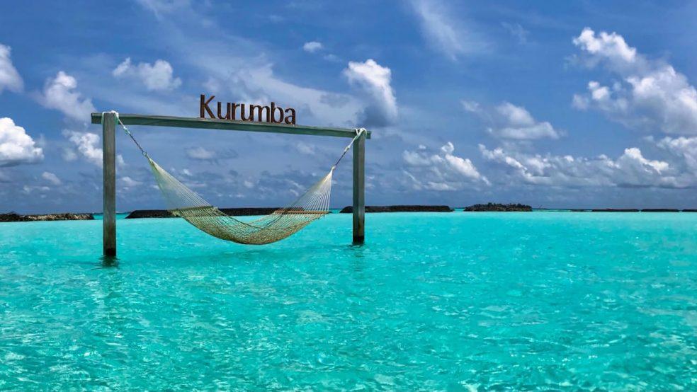 Kurumba Malediven Hängematte im Meer