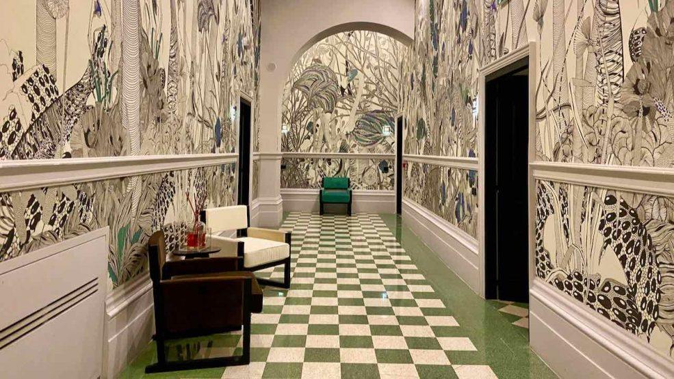 Luxus Hotel Roma: Ein stylischer Hotelflur mit Kunst und Design