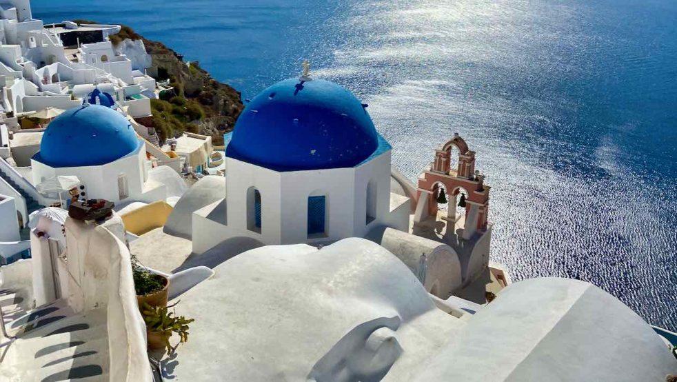 Santorini, dort wo weiße Häuser und blaue Kuppeln mit der Sonne und dem Meer um die Wette strahlen