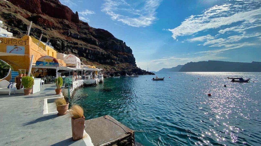 Santorini direkt am Meer: In den Restaurants gibt es frischen Fisch und Hafenidylle