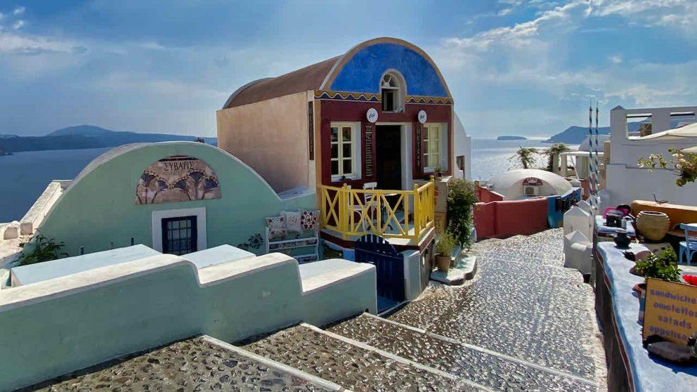 Wie ein Bilderbuch. Herausgeputzt und frisch gestrichen wartet Santorini auf Touristen