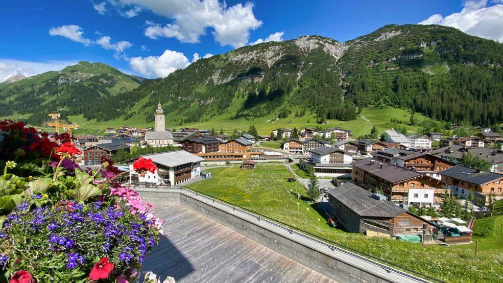 Lech am Arlberg Aurelio Chalet Luxushotel Reisetipps Blick auf Lech