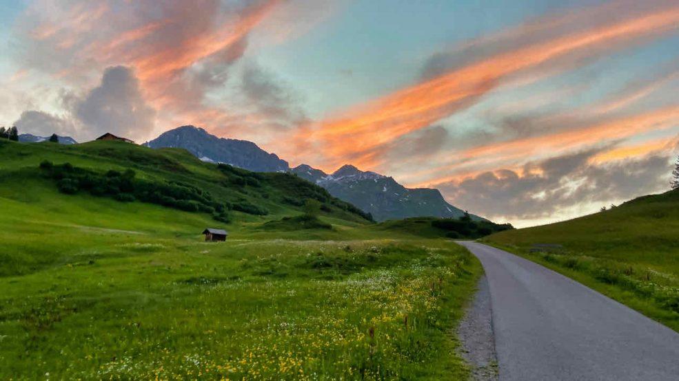 Lech am Arlberg Aurelio Chalet Luxushotel Reisetipps Wanderung Alpenpanorama Sonnenuntergang
